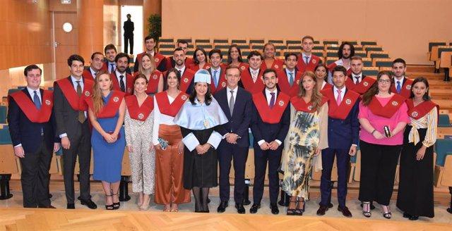 El presidente de la Audiencia Nacional junto  los estudiantes de derecho recién graduados