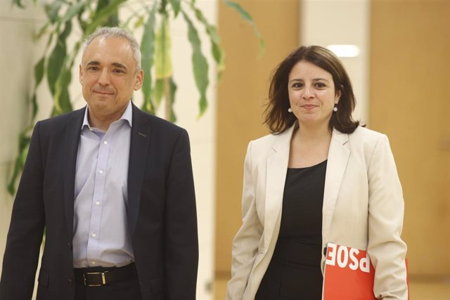 (I-D) El secretari general del Grup Socialista al Congrés, Rafael Simancas; i la sotssecretària general del PSOE i portaveu del partit al Congrés, Adriana Llastra, es dirigeixen a la seva reunió amb ERC.