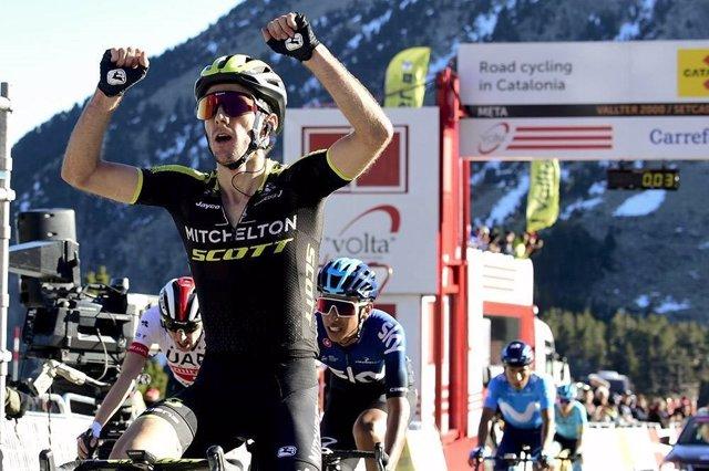 Adam Yates celebra su victoria en Vallter 2000 en la Volta 2019