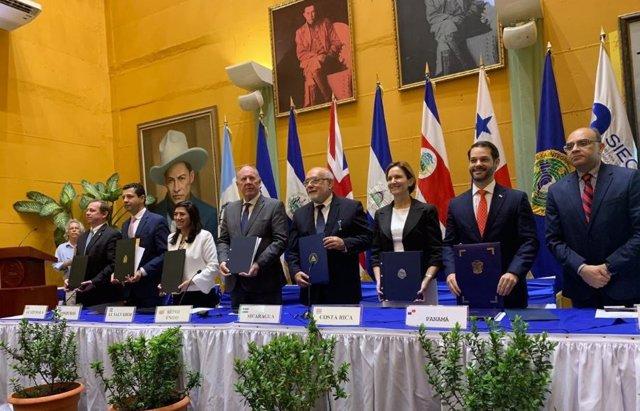 Ministros de Economía centroamericanos y el embajador británico en la firma del Acuerdo