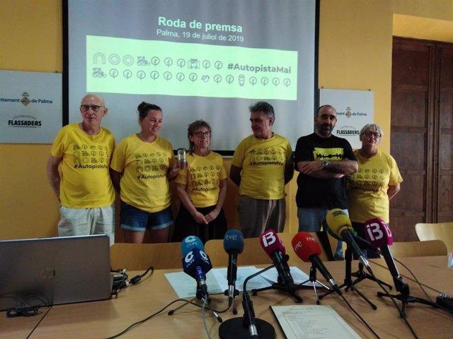 Plataforma Antiautopista en una rueda de prensa en el centro social Flassaders de Palma.
