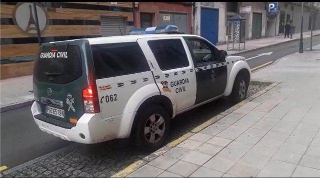 Llegada del furgón de la Guardia Civil con los detenidos por la agresión en Piedras Blancas a los juzgados de Avilés.