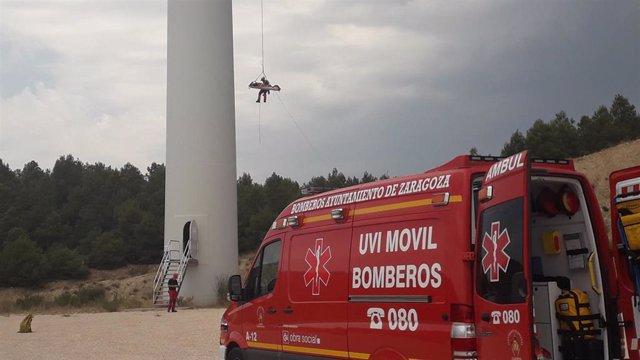 Endesa y los Bomberos de Zaragoza han realizado un simulacro de evacuación en el parque eólico Acampo Hospital, en Zaragoza.