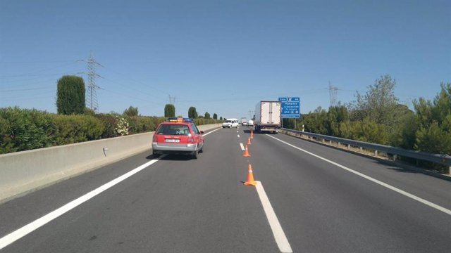 Un coche de Policía Foral en el lugar del accidente en la A-68 en Tudela