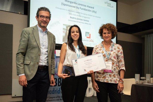 La investigadora Beatriz Gómez Santos, recibiendo el premio 'Margarita Lorenzo' de la Fundación Lilly