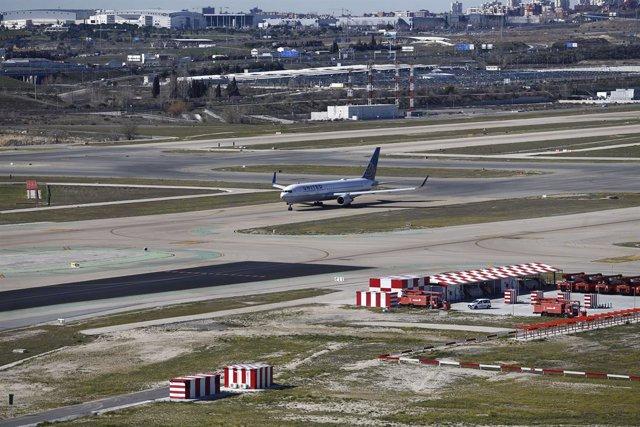 Aeropuerto Barajas, pista de aterrizaje y despegue, pista, tren de aterrizaje, ruedas de avión, cola,  ala de avión, vista del aeropuerto de Barajas, avión de la aerolínea Unided