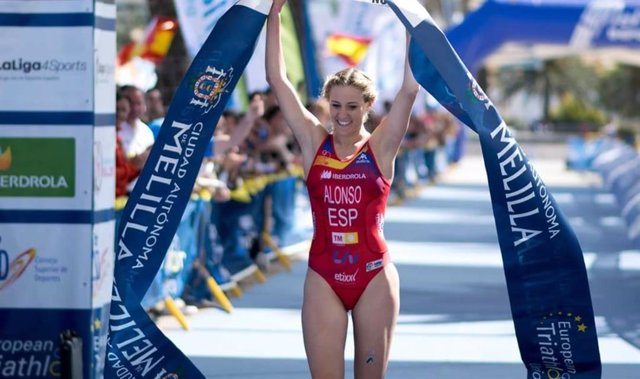 La triatleta Camila Alonso celebra un Campeonato de España