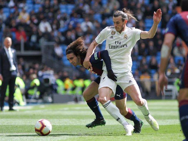 Cucurella pelea con Bale en el Real Madrid-Eibar