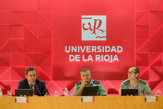 En el centro, el teniente coronel Esteban Avila, encargado del proyecto GAR-SI Sahel, en su intervención en el curso de verano de la UR.