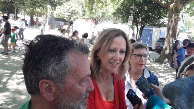 Marta González, vicesecretaria de Comunicación del Partido Popular, acompañada de Agustín Hernández, candidato del PP en Santiago y la conselleira Rosa Quintana, en la Alameda de Santiago.