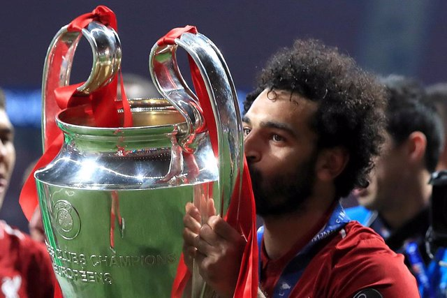 01 June 2019, Spain, Madrid: Liverpool's Mohamed Salah celebrates with the UEFA Champions League Trophy after the UEFAChampions League final soccer match between Tottenham Hotspur and Liverpool at Wanda Metropolitano Stadium. Photo: Peter Byrne/PA Wire/d