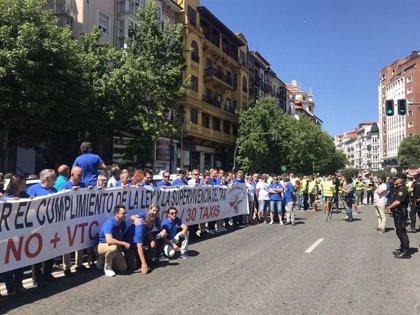 Policías y taxistas cortan el centro de Santander para pedir que se atiendan sus reivindicaciones