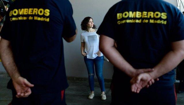 La candidata del PP a la Presidencia de la Comunidad de Madrid, Isabel Díaz Ayuso, visita a los bomberos de la Comunidad de Madrid en la localidad de Cadalso de los Vidrios.