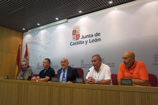Carnero con los representantes de las OPA tras el primer Consejo Regional Agrario