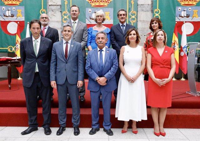 Consejo de Gobierno encabezado por el presidente de Cantabria, Miguel Ángel Revilla, en el día de la toma de posesión de todos los consejeros