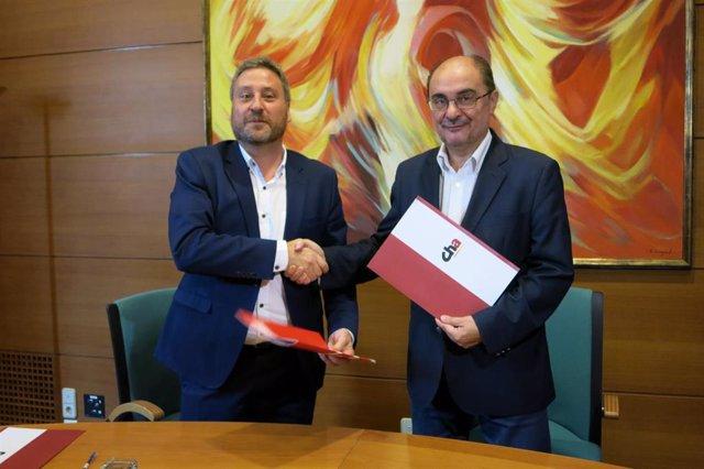 El secretario general del PSOE Aragón, Javier Lambán, y el presidente de CHA, José Luis Soro, tras firmar el acuerdo de investidura entre ambas formaciones.