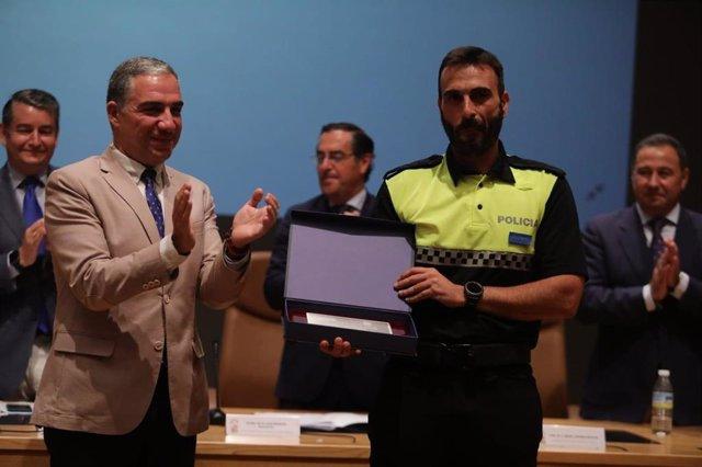 El consejero de la Presidencia, Administración Pública e Interior presidiendo la clausura de la XLIV Promoción del Curso de Ingreso en los Cuerpos de la Policía Local de Andalucía, que han completado 129 alumno