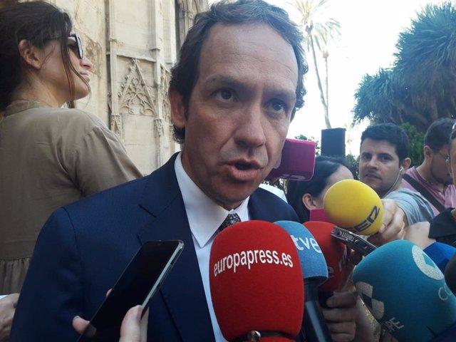 El conseller de Movilidad y Vivienda, Marc Pons, atendiendo a los medios de comunicación.