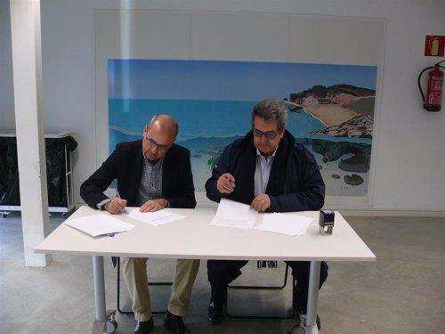 Firma entre Ercros y la CRAM para la recuperación de las tortugas marinas.