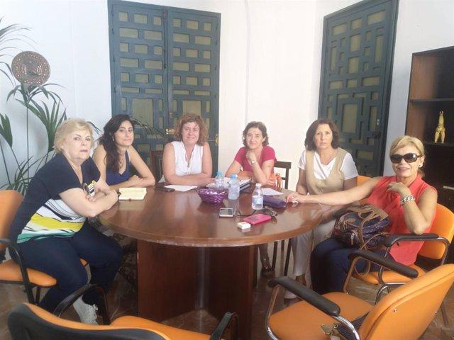 Doblas (tercera por la izda.) se reúne con la Plataforma cordobesa contra la Violencia a las Mujeres