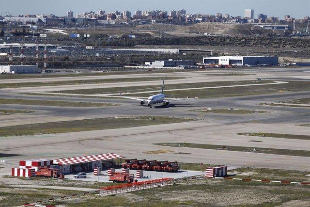 Aeropuerto Barajas, pista de aterrizaje y despegue, pista, vista del aeropuerto de Barajas desde la torre de control, avión de aerolíneas Unided