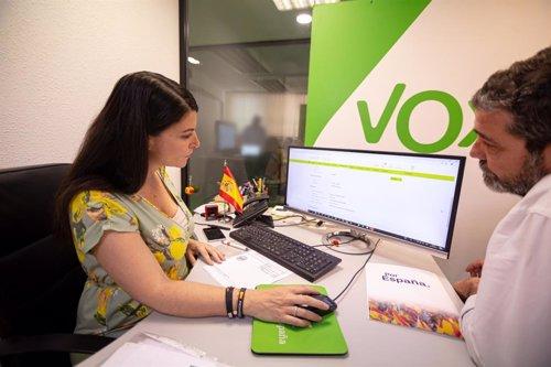 La seceratria general del grupo parlamentario Vox, Macarena Olona, realiza la transferencia al juzgado de las donaciones para cubrir la multa del joven Borja