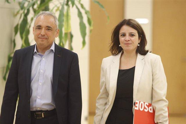 (I-D) El secretario general del Grupo Socialista en el Congreso, Rafael Simancas; y la vicesecretaria general del PSOE y portavoz del partido en el Congreso, Adriana Lastra, se dirigen a su reunión con ERC.