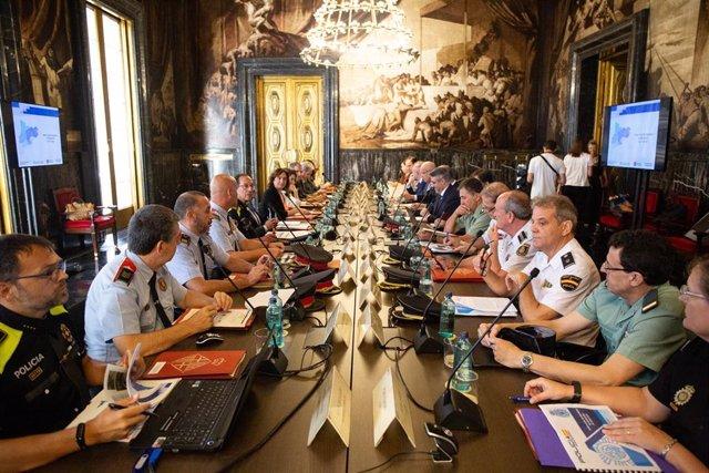 Vista general de la Junta Local de Seguridad de Barcelona celebrada en el Ayuntamiento de la capital catalana y presidida por la alcaldesa Ada Colau y el consejero Miquel Buch.