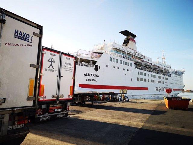 Camiones frigoríficos se preparan para embarcar en un ferri en el Puerto de Almería