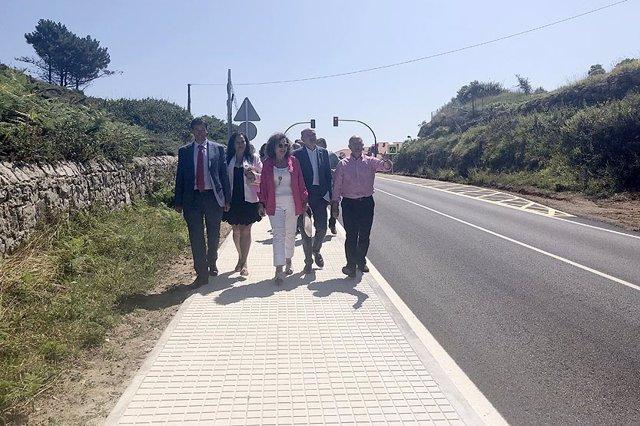 El consejero de Obras Públicas, Ordenación del Territorio y Urbanismo, José Luis Gochicoa, inaugura el nuevo paseo peatonal que da lugar a la unión de Casasola, en Ruiloba, con el camping de Comillas