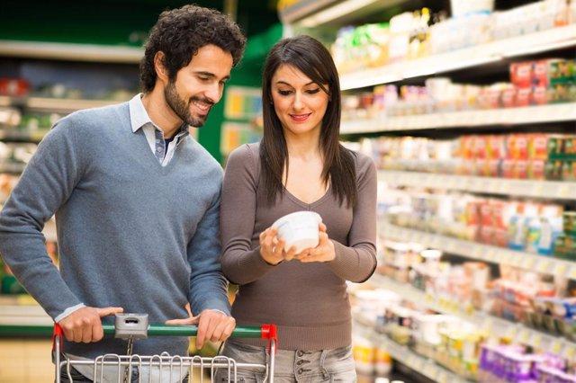 Parella mercat menjada en el supermercat (Arxiu)
