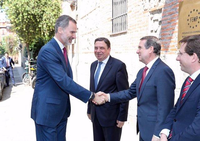 El Rey Felipe VI (1i), saluda al presidente de la FEMP y alcalde de Vigo, Abel Caballero (3i), junto al ministro de Agricultura, Pesca y Alimentación en funciones, Luis Planas (2i) y el alcalde de Madrid, José Luis Martinez- Almeida (4i), a su llegada al