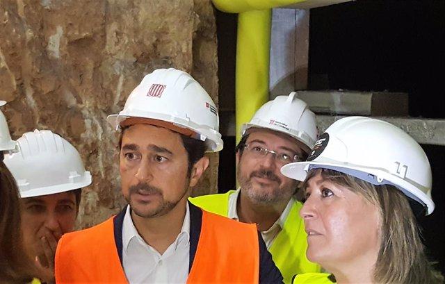 El conseller Dami Calvet i l'alcaldessa de l'Hospitalet de Llobregat, Núria Marín, durant la visita de les obres en l'estació Ernest Lluch