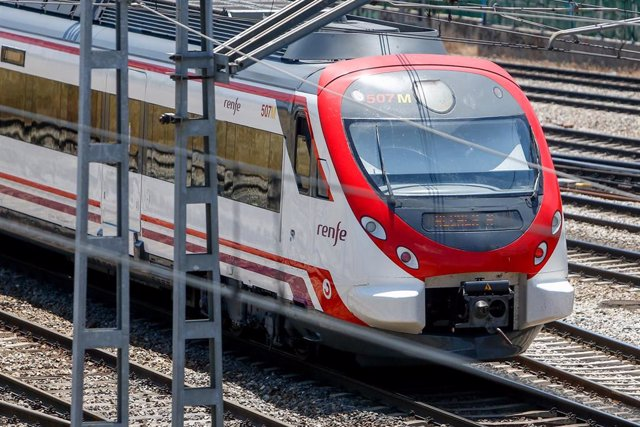Un tren de Renfe en los andenes de la estación de Puerta de Atocha.