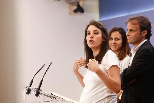 La portavoz parlamentaria de Unidas Podemos, Irene Montero, ofrece declaraciones a los medios de comunicación tras la reunión de la mesa política del Grupo Confederal de su partido.