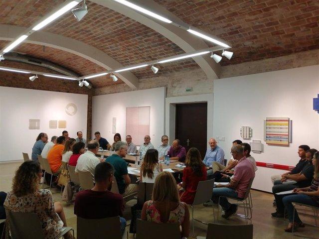 Reunión de participantes en el proyecto para convertir la caña de río en materiales para mobiliario urbano