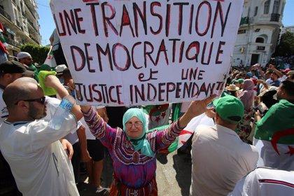 Decenas de miles protestan nuevamente en Argelia para exigir la dimisión de la cúpula política