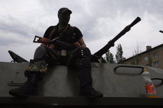 Un miliciano separatista prorruso en Ucrania