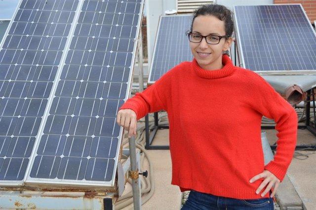 Imagen adjunta de la investigadora Lucía Serrano en una instalación fotovoltaica de la UPCT.