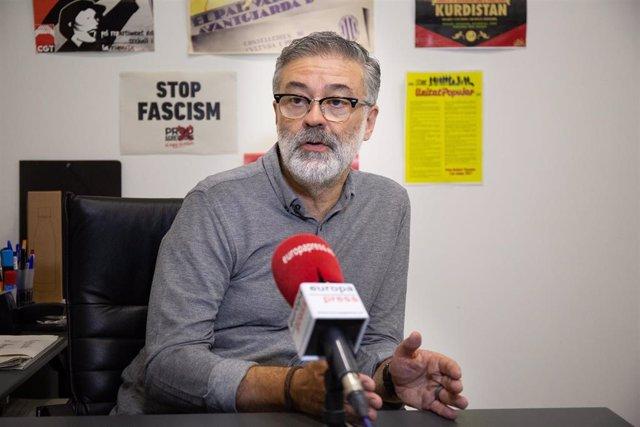 El diputado de la CUP en el Parlamento de Cataluña, Carles Riera, durante una entrevista para Europa Press.