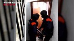 Cinc detinguts per estafar persones d'edat avançada fent-se passar per operaris de servei (ACN)
