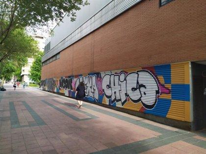 Grafiteros vandalizan una pintura mural participativa en el centro dotacional de Arganzuela