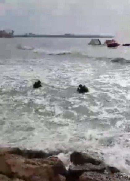 Hallan al hombre que se lanzó al mar en una escollera de Alicante y lo detienen por tráfico de drogas y desobediencia