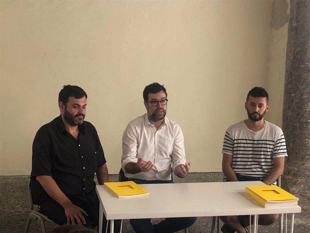 El comisario Tolo Cañellas, el teniente de alcalde de Cultura del Ayuntamiento de Palma, Antoni Noguera, y el artista Nauzet Mayor en la presentación del catálogo BOX 27