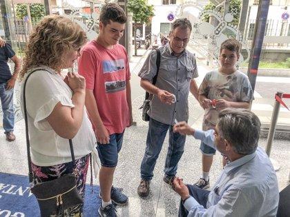 """Revilla recibe a medio millar de turistas que querían conocerle: """"Nos encanta"""""""