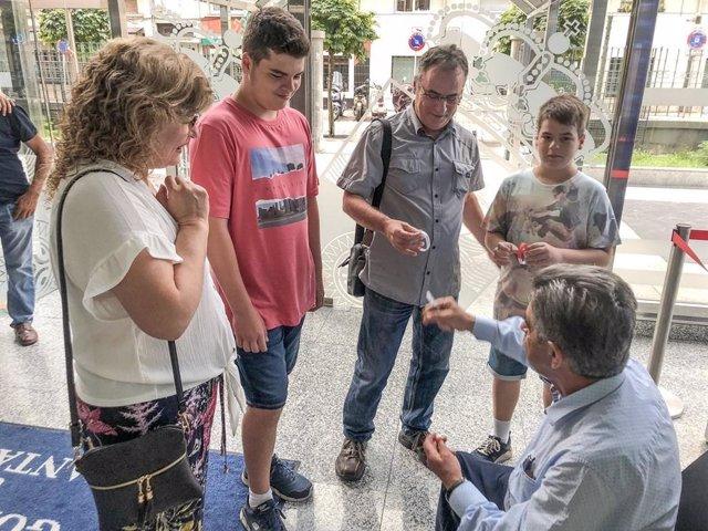 Revilla recibe a una familia de Cataluña durante la segunda 'jornada de puertas abiertas' en el Gobierno para atender a la gente que veranea en Cantabria y quiere conocerle