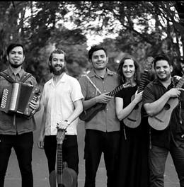 El grupo de danza Adolfo de Castro (Cádiz) y el grupo de Son de Maguey (Jalisco, México) pondrán de manifiesto las interacciones entre el folclore andaluz y el son jarocho mexicano.