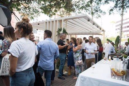 IQOS inaugura una terraza sin humo en la Plaza del Príncipe