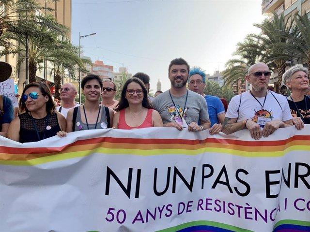 Mónica Oltra (en el centro de la imagen) en el Orgullo LGTBI en Alicante
