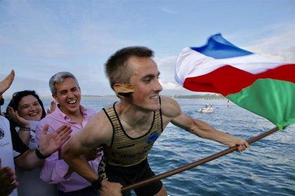 Zuloaga entrega a Getaria la XIV Bandera Marina de Cudeyo